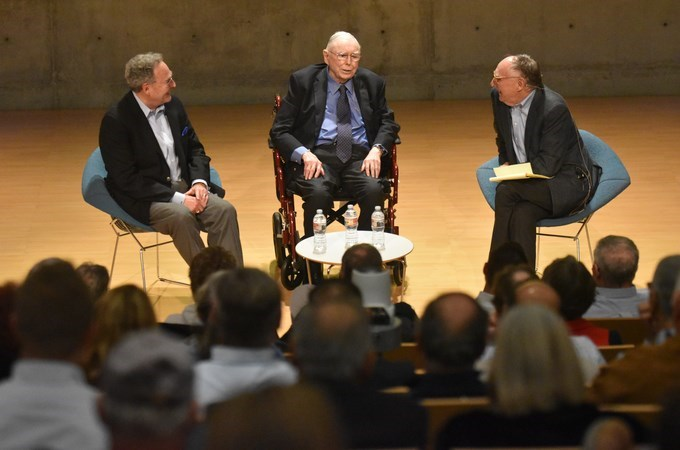 """""""The habit of figuring something out for yourself is an important thing to develop,"""" says investor and philanthropist Charlie Munger (center) at a Redlands Forum event hosted by Esri President Jack Dangermond (right) and A.K. Smiley Public Library Director Emeritus Larry Burgess '67. (Photo by Carlos Puma)"""